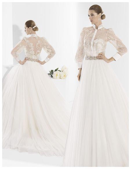 Traje de novia tres piezas, falda de tul, corpiño satén y blusa de encaje.