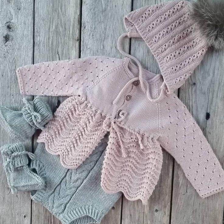 #mulpix #kalinkaromper #ministrikk #dalegarn #klompelompe #alidalue #houseofyarn_norway #babystrikk #strikk #strikking #strikket #strikke #følgstrikkere #sticka #strik #stricken #handmade #ministil #itsybitsyknits #barnemote #knit #knitting #knitted #sandnesgarn #dalegarn #knittersofinstagram #knitstagram #instaknit #babyjakke #knitforkids #knitting_inspiration #knittinginspiration