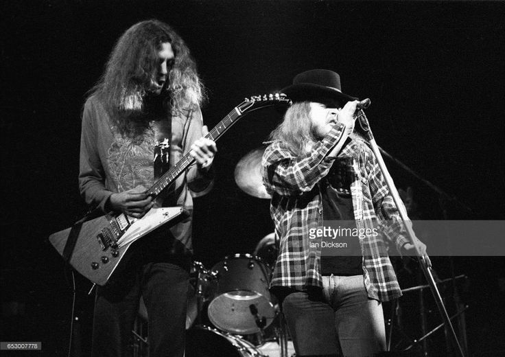gary-rossington-and-ronnie-van-zant-of-lynyrd-skynyrd-performing-on-picture-id653007778 (1024×724)
