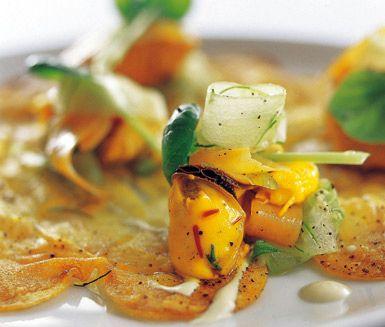 Skaldjurs- och potatisgalette är ett fräscht och festligt recept med delikata råvaror som räkor, musslor, lax och bakad potatis. De stekta skivorna av bakpotatisen täcks av lax- och skaldjursröran och till galetten serveras crème fraiche och kvarg.
