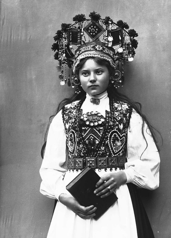 Photography of woman with wedding dress and bridal crown | Solveig Lund | 1895-1899 | Norsk Folkemuseum | Public Domain