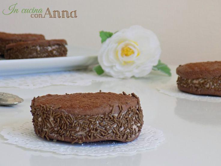 Le deliziose al cioccolato sono degli ottimi dolcini molto golosi fatti con una frolla morbida che si scioglie in bocca e poi farcite con una crema al cioccolato golosissima.