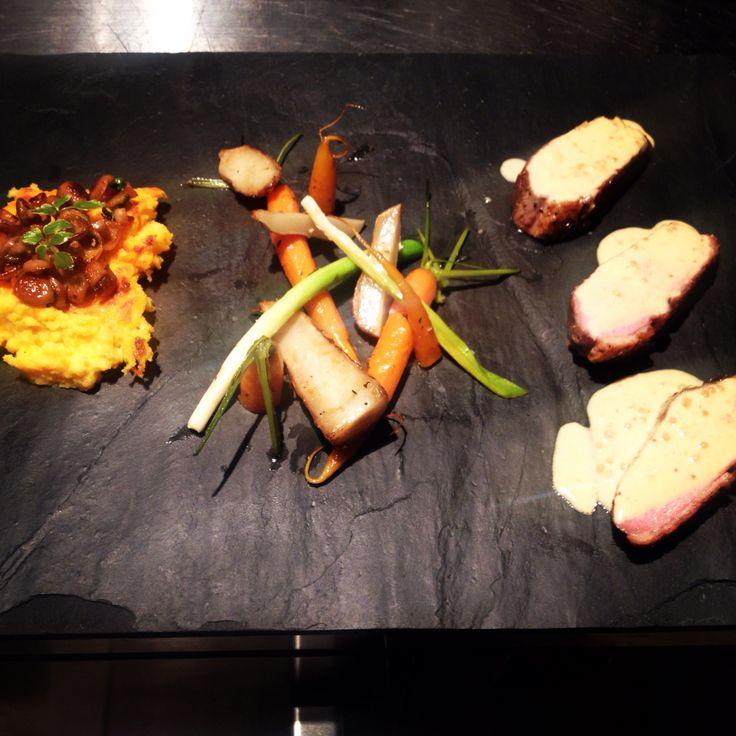 Eendeborst - polenta met butternutpompoen - beukenzwammetjes - worteltjes en aardpeertjes - mosterdsausje