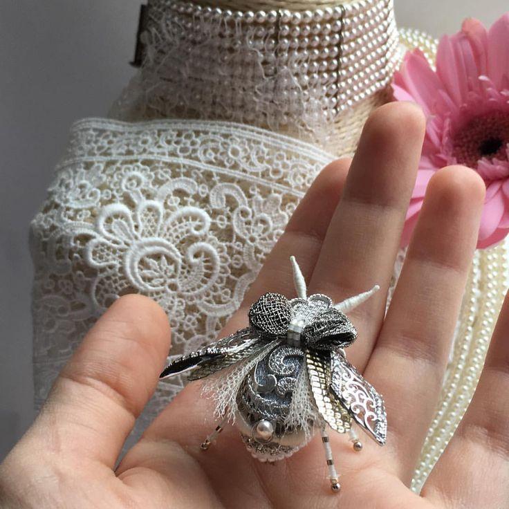 Ручная вышивка 3D❄️ #olyonushka #вышитаяброшь #сваровски #брошь  #украшение #стиль #fashion #jewelry #handmade #follow #beads #embroidery #мастеркрафт #ручнаявышивка #ручнаяработа #brooch #ярмаркамастеров #livemaster #жук #bug #муха #мотыль #цикада #mysolutionforlife #greenbirdme #муха #мотыль #король #монарх #корона #бабочка