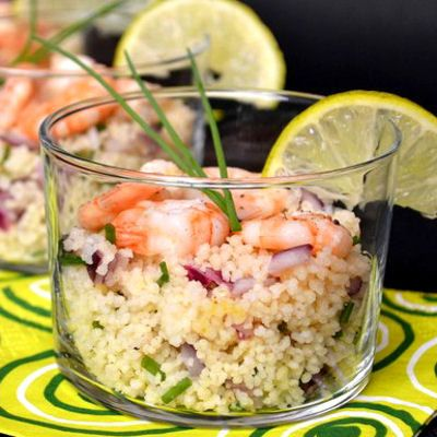 Verrines de taboulé au crevettes, citron vert et oignon rouge : 30 recettes de verrines salées - Journal des Femmes