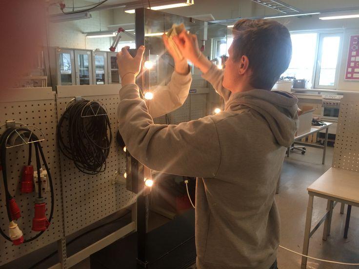 Idag monterade vi belysning på kosmetologstuderandes sminkbord.
