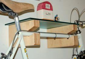 Portabici GINO Mensola per bicicletta costituita da inserto in multistrato di betulla completo di perni fissaggio a muro e pianetto in cristallo stratificato 6 mm trasparente o acidato.  #artigianato #ideeregalo