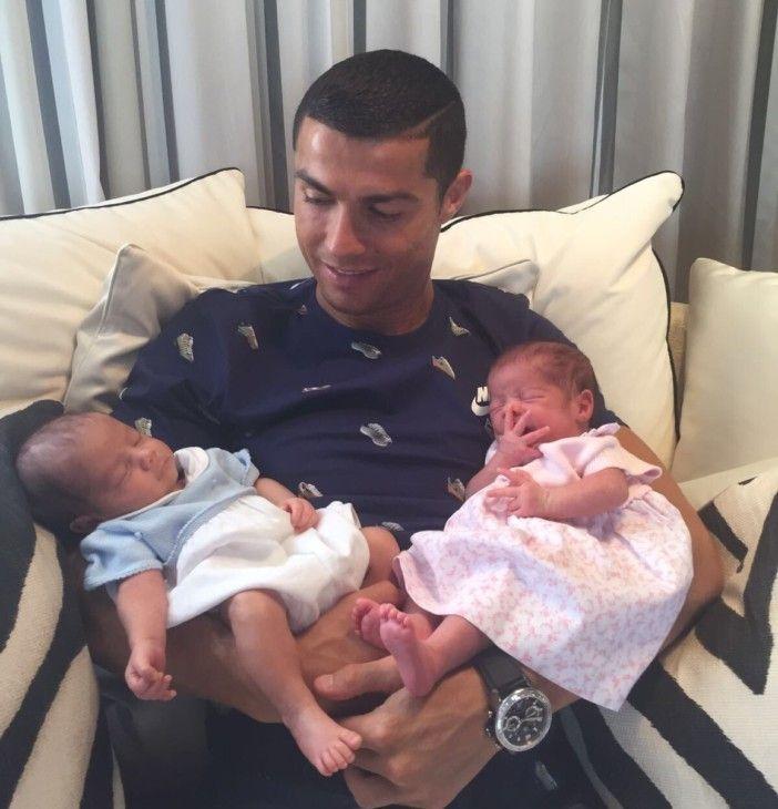 """Cristiano Ronaldo apresenta os seus gêmeos Eva e Mateo """"Novos amores da minha vida"""" https://angorussia.com/entretenimento/famosos-celebridades/cristiano-ronaldo-apresenta-os-seus-gemeos-eva-mateo-novos-amores-da-minha-vida/"""