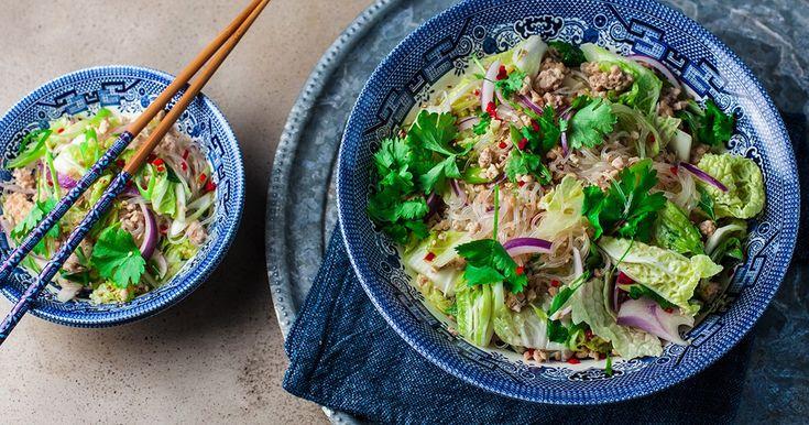 Recept på en fräsch asiatisk glasnudelsallad med krispiga grönsaker och kycklingfärs.