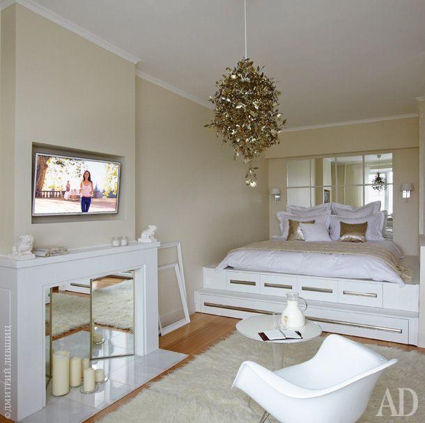 Подиум с ящиками для хранения сделан по эскизам Притулы. В изголовье кровати установили зеркало, в котором отражается окно…