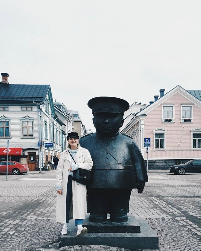 When in Oulu take a photo with the police  #visitoulu . . . . . . . . #finland #finlandmustdo #visitfinland #oulu #traveling #sightseeing #toripoliisi #nouwblogger #nouwinfluencer #whatiwore #springoutfit #springfashion #mystyle