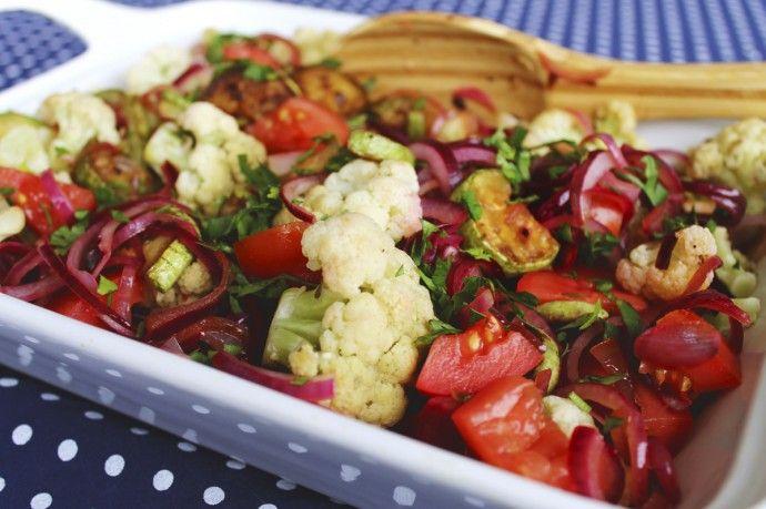 Salada de couve-flor com abobrinha grelhada e cebola roxa
