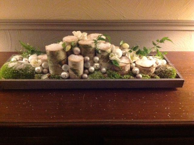 kerststuk met o.a. berkenstammetjes, mos en kerstballetjes