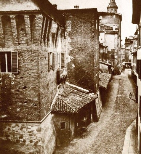 Palazzo Comunale e le botteghe storiche su via delle Asse (oggi via IV novembre).   (Archivio Fondazione Cassa di Risparmio in Bologna)