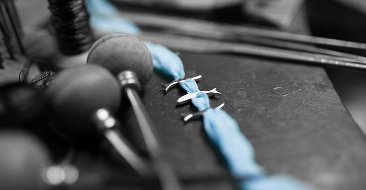 L'argento utilizzato evoca l'attività artigianale di più lunga tradizione e più tipica del territorio lecchese, la lavorazione dei metalli e del ferro.