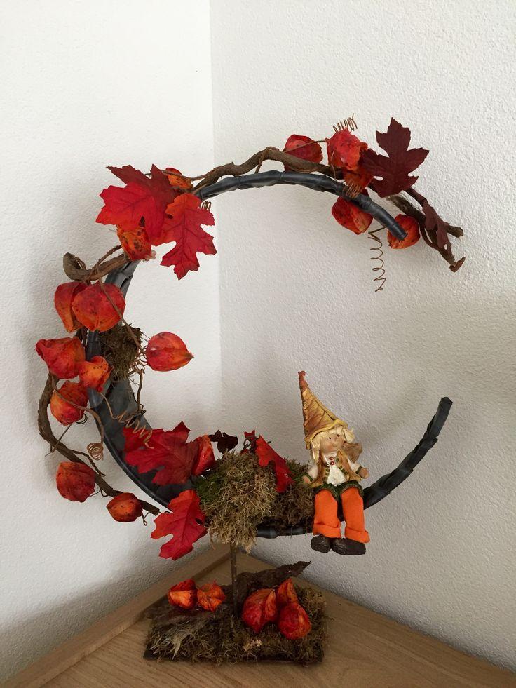 Herfst decoratie in huis, frame met fietsband   Autumn decoration