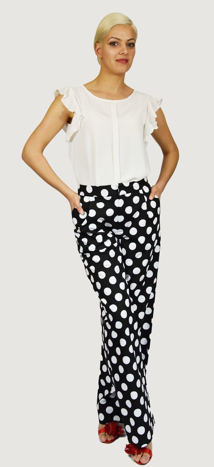 Pantalón Negro con lunares Blancos en algodón, lleva bolsillos, cremallera delantera, pinzas y cinturilla. Muy elegante y juvenil.