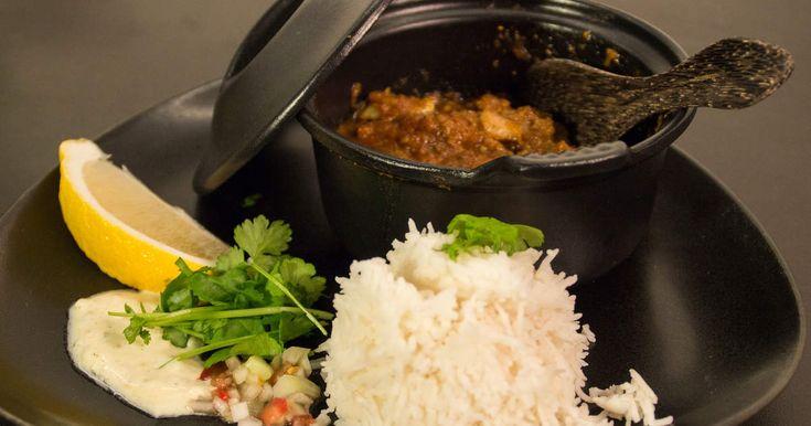 Indisk gryta med mört, marinerat lamm i kryddig tomatsås, serveras med salsa och basmati ris.