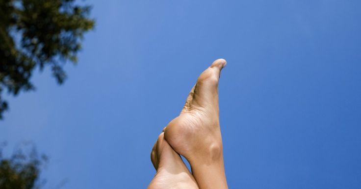 O que causa vermelhidão nos pés e tornozelos?. As causas possíveis de vermelhidão nos pés e tornozelos são variadas. O diagnóstico dependerá se a vermelhidão também coça ou produz dor, se é inchada ou quente ao toque, única ou manchada, e se possui outros sintomas que a acompanham. Algumas dessas condições são sérias ou são indicadores de uma condição séria subjacente, algumas são extremamente ...