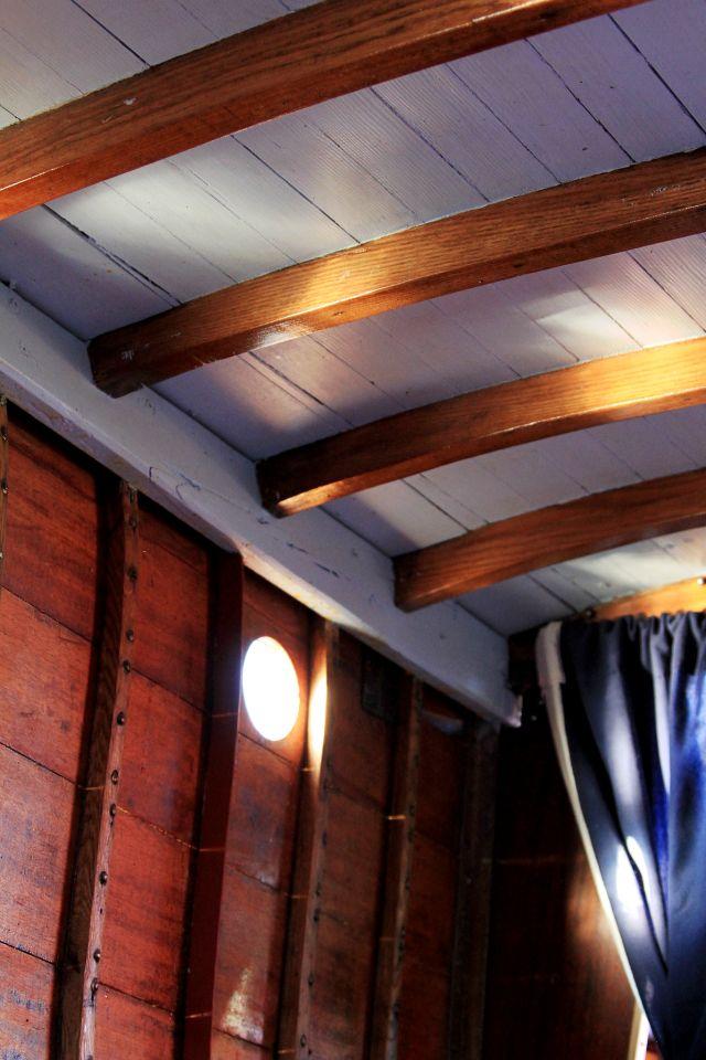 Valon leikkiä kajuutan katossa