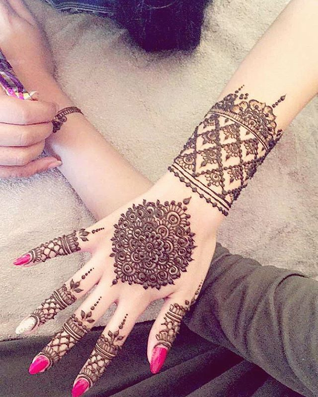 One hand done and on to the next one! . #kashafhennaartistry #henna #hennainspire #hennadesign #girlyhenna #vegas_nay #hudabeauty #dollhousedubai #monakattan #sheikhbeauty #mehndiartist #bridalmehndi #bridalhenna