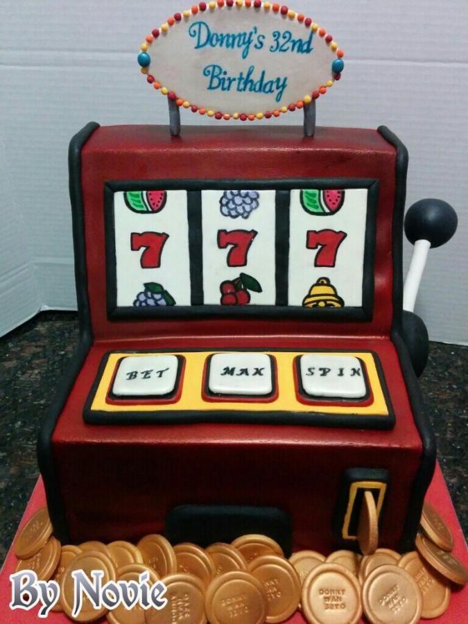 Tarta Máquina Tragaperras ♥Cakes Decor♥ http://cakesdecor.com/cakes/126695-cakes-by-novie