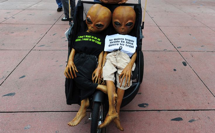 Activişti mărşăluiesc în timpul unui protest organizat cu ocazia Zilei Internaţionale a Muncitorilor, în Los Angeles, California, marţi, 1 mai 2012. (  Frederic J. Brown / AFP  ) - See more at: http://zoom.mediafax.ro/people/1-mai-10828245#sthash.uIkb6WOJ.dpuf