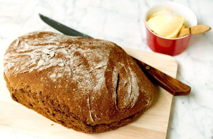 Recept på saftigaste vörtbrödet till jul. Bakas med en fördeg, och inte för mycket av vare sig jäst, mjöl eller kryddor. Mjölmängden kan variera beroende på mjölsort och om det är stenmalet eller ej.