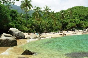 i hiked through the jungle to go swimming on a beach SO similar to this one ¡Colombia tierra linda!