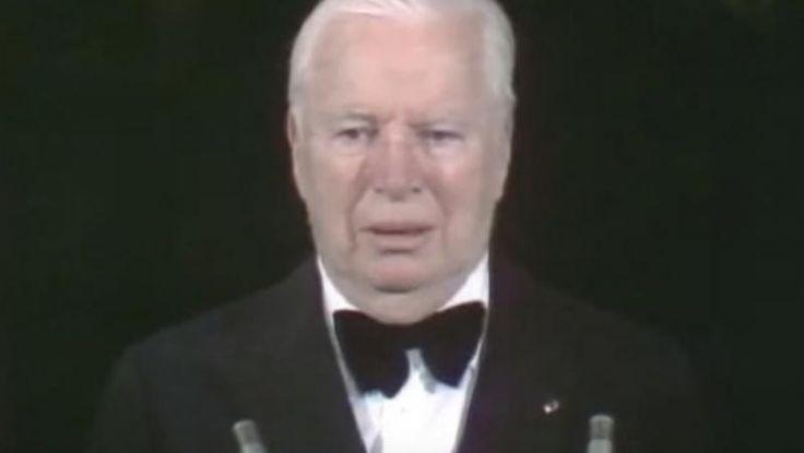 Όταν ο Τσάρλι Τσάπλιν πήρε τιμητικό Όσκαρ, το κοινό χειροκροτούσε για 12 λεπτά! (BINTEO)