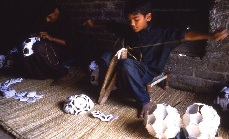 Lo sfruttamento del lavoro minorile è una piaga sociale, nei paesi che stanno vivendo una forte industrializzazione a seguito della delocalizzazione dell'occidente è ormai diventato normale cioè un abitudine, anche noi ormai siamo indifferenti a queste immagini.