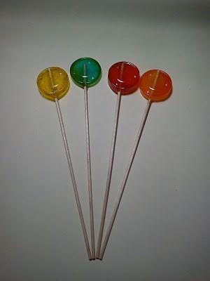 Una forma sencilla de hacer piruletas con caramelos.
