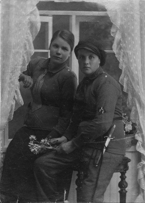 Punakaartilaiset Tyyne Natalia Backberg (vas.) ja Rauha Sinisalo Lahdessa 20.4.1918. Kumpikin teloitettiin myöhemmin toukokuussa.