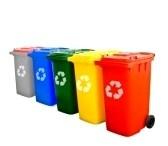 In heel de school gaan we afval scheiden plastic, gtf, papier, plastik enzo. Dat is beter voor het milieu.