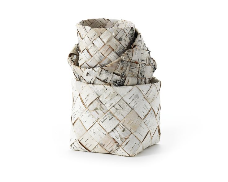 Braided birch-bark basket Ulla Neogard makes oblique braided birch-bark baskets of northern white birch. The process of rushing (take) bark is literally ancient Scandinavia. Archaeological findings show that birch bark was used as roofing for over 5000 years ago. Birch bark was with pine tar until the 1600s one of the major export products from the Nordic countries. The material has been used to a greater or lesser extent throughout Sweden, as the birch is common everywhere Foto: Klara G