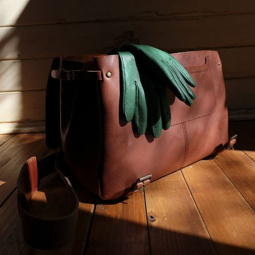 (ENG) - With its timeless design, Aire bag is ideal for use every day and the more you use, the more beautiful it become, through the patina that the leather acquires. With lots of interior space, Aire is ideal to take everything, including the classic gloves from Luvaria Ulisses, perfect to enjoy the sunny winter days.//(PT) - Com o seu design intemporal, a mala Aire é ideal para usar todos os dias e quanto mais se utiliza, mais bonita fica, através da patine que a pele vai adquirindo. Com…