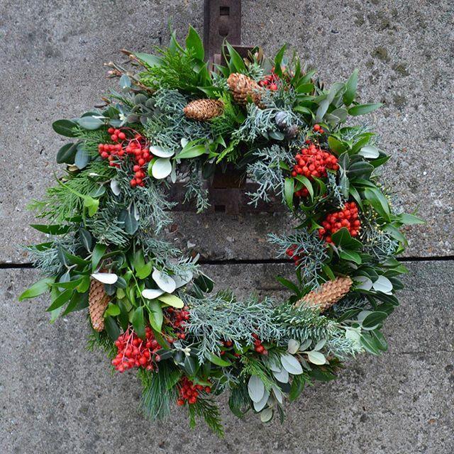 Лохматый❤️С ягодными акцентами и сочной зеленью  Мы уже вовсю принимаем заказы и предзаказы на новогодние венки и зимний декор вашего дома или офиса  flowers@flowetslovers.ru  8 (985) 911-57-49  #flowerslovers_winter