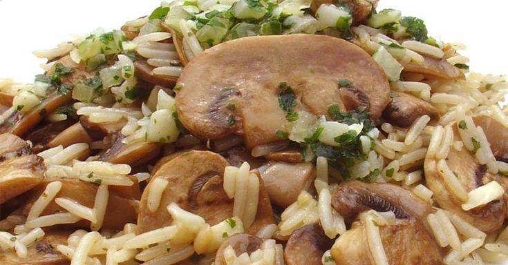 """Este arroz con champiñones y bacon, es una receta frecuente en casa. De ahí que deseaba compartirla con vosotros.  En nuestros tiempos """"jóvenes"""" (sí, porque ya tenemos unos cuantos años acumulados),"""