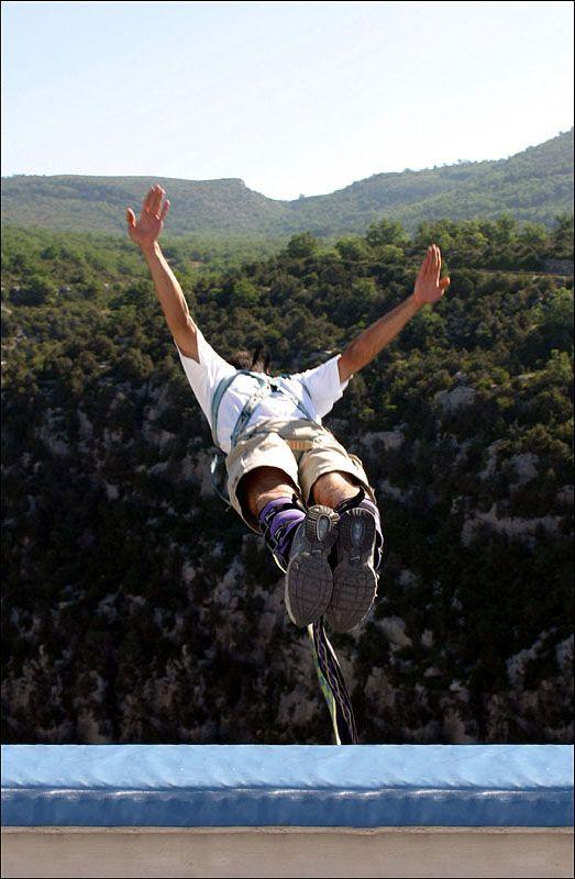 Spécialisée dans le saut à l'élastique depuis 1989 et le saut en parachute depuis 2004, latitude Challenge assure une expérience intense et en tout sécurité. Sensations fortes garanties! Source image: saut-elastique.blogvie.com