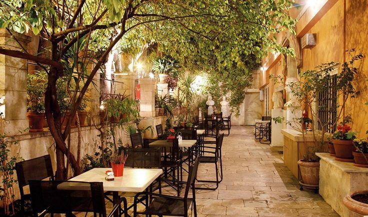 8 αγαπημένες αυλές για καφέ και ποτό στο κέντρο της Αθήνας