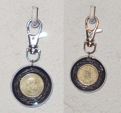 Llavero hecho con cápsulas Nespresso y monedas de peseta.