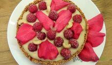 Wegańska tarta z różą i malinami