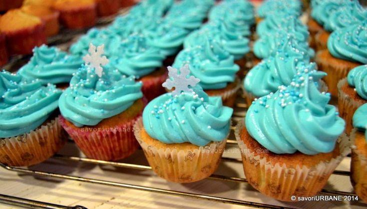 Cupcakes briose cu banane, cocos si lime. Anul acesta am ales un blat pufos si aerat cu banane si cocos si topping din crema de branza cu coaja rasa de lime