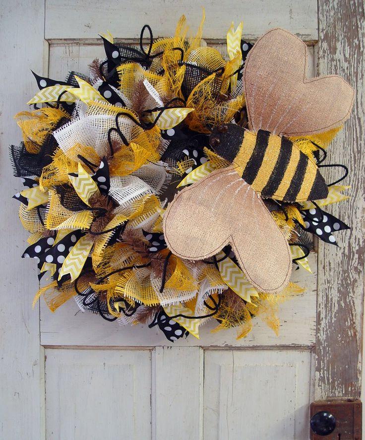 Burlap Bumblebee & Deco Paper Mesh Wreath Tutorial by Trendy Tree #trendytree #wreath