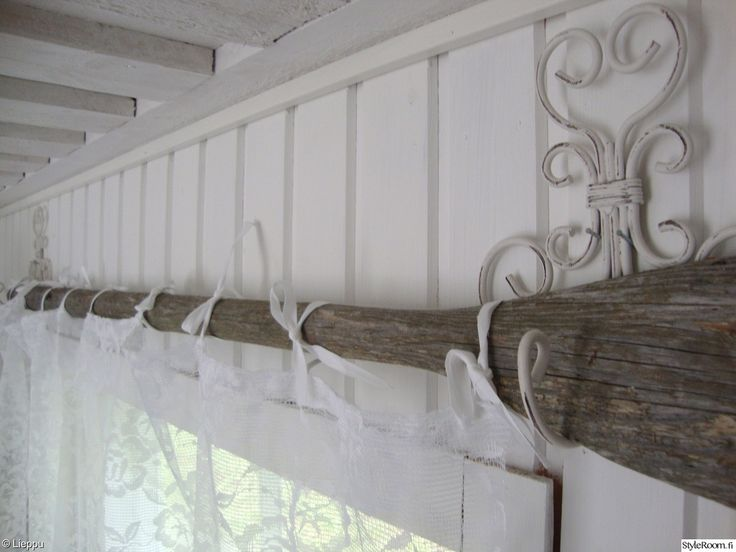 vanha airo,harmaa,valkoinen,koukku,verhotanko,verho,verhot,verhotangot,aitta,makuuhuoneen sisustus,makuuhuoneen tekstiilit,paneeliseinä,tuunaus,tuunausta,makuuhuone,mökki,Tee itse / DIY,remontti