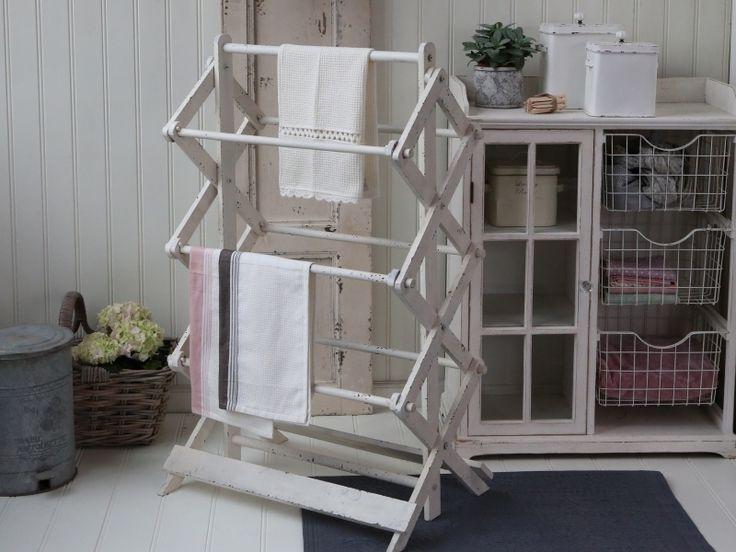 Et vakkert og dekorativt tørkestativ/håndkleholder i tre i en vakker patinert hvit farge. Like fin på badet som på vaskerommet. H:110/B:45/L:71 cm