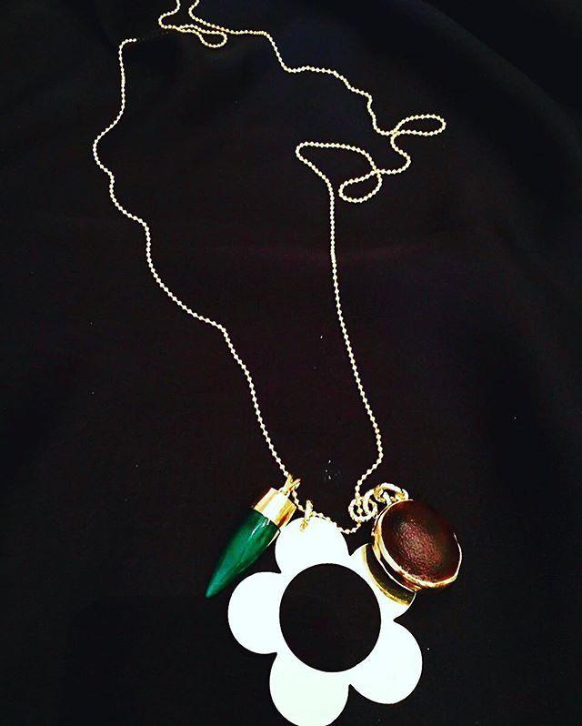 Collar largo con cadena militar, dijes bañados en oro 18k Cadena militar de 8mm, bañada en oro 18k.  Piedras engastadas en oro 18k  #Bisutería #Joyas #Piedras #Engaste #PiedrasEngastadas #Orfebrería #DiseñoDeJoyas #Pulseras #Collares #Alambrismo