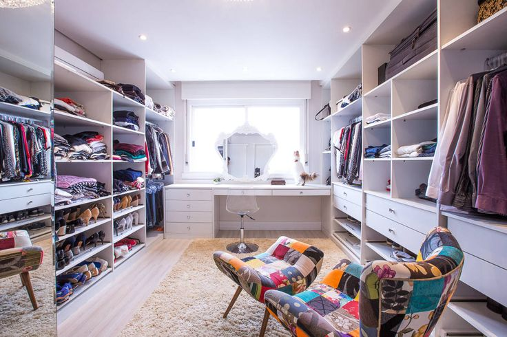 Closet Suíte : Classic style dressing room by Camila Chalon Arquitetura