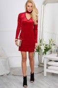 Štýlové, trblietavé, červené mini šaty so zaujímavým výstrihom.