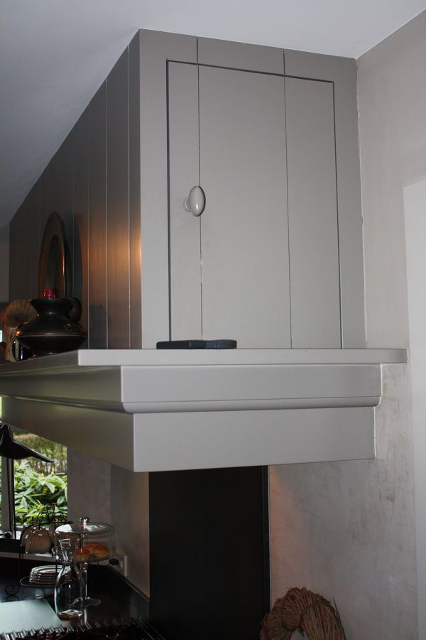 Een royale landelijke keuken, van vele gemakken voorzien. Een prachtige woonkeuken waar we ook een kantoorruimte en een wasruimte geheel ontworpen en gerealiseerd hebben...